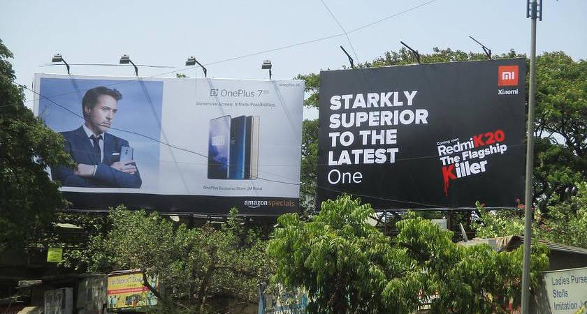Продолжение стёба: в Индии возле рекламы OnePlus 7 размещают рекламу Redmi K20